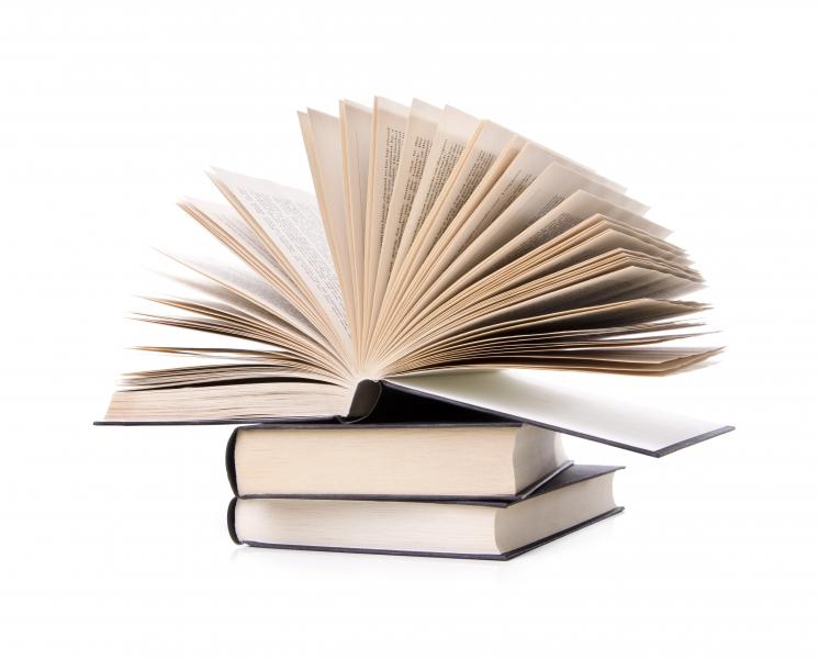 en hög med böcker